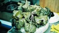 「我們不會把食物包在葉子裡面...」5個老外挑戰吃粽子,澳洲人的表情超誇張!