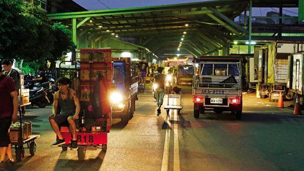 深夜的批發市場非常熱鬧,大小卡車、拖板車絡繹不絕,趕集去!