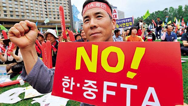 拒絕成為中國俘虜 「不要FTA!」2012年中韓自貿協定第2輪談判會場外,韓國民眾抗議畫面歷歷在目,如今中國打噴嚏、韓國就重感冒,已成為無可避免的現實。