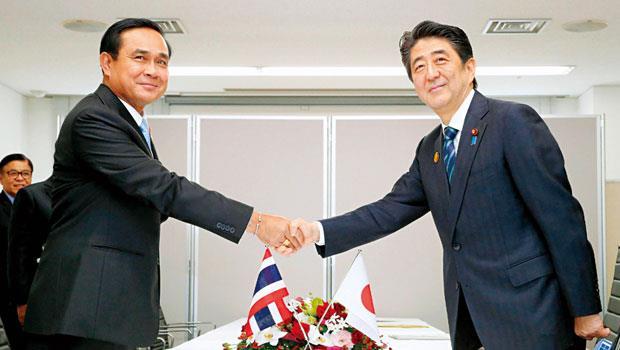 泰國首相帕拉育(左) 與日本首相安倍晉三(右),今年3月見面時承諾加速高鐵談判,如今確定泰國高鐵用新幹線系統。