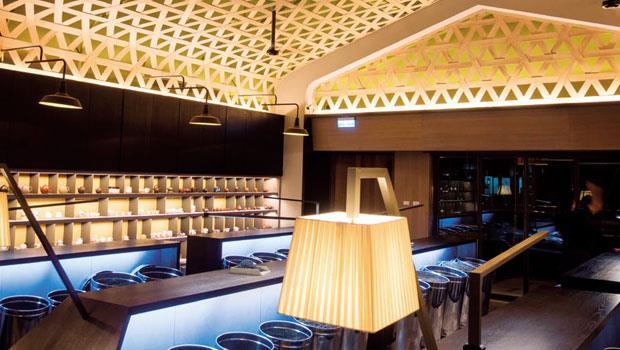以15公分寬的木片交錯編織的天花板,是林茂森茶行最吸睛的視覺焦點,也是讓國際評審最讚歎的地方。