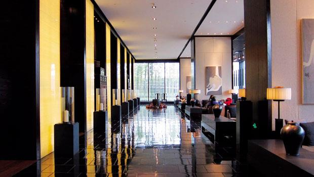 旅店設計者將黑色素材配合燈光運用得十分得當,也將中國傳統的元素以現代手法精彩演繹。