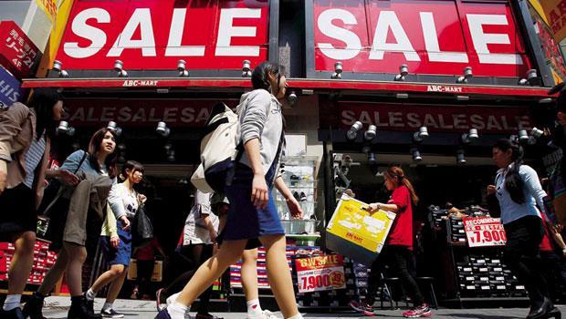 今年第一季,外國觀光客赴日消費額大增,比去年同期成長六成,主因就是日圓貶,日本「大打折」。