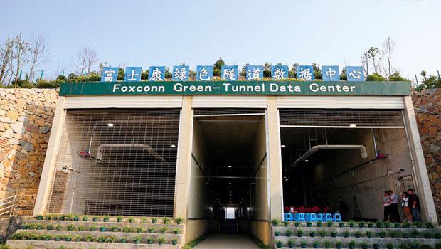 所有資訊,都儲藏在這!郭董工廠裡的機器人大軍,蒐集生產數據後,傳回占地七五六坪的貴州基地,此綠色隧道是鴻海「軟硬兼施」的王牌,也將是中國大西南最重要的大數據中心。