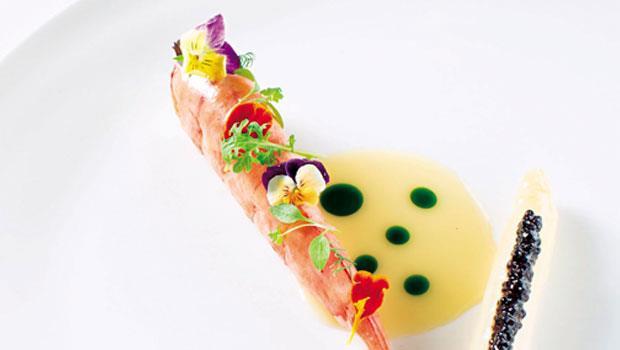 搭配各式花材香草,每一口海蝦母的滋味都不同;白蘆筍上的魚子醬為整道菜餚增添鹹香。中間的白奶油醬及蒔蘿油,是連接兩者的橋樑。
