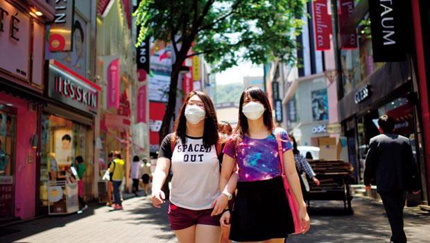 MERS疫情爆發後,向來熱鬧的首爾明洞購物區不但人潮稀落,連僅有的少數遊客都戴起口罩自保,商家就算打折,也難讓生意回春。