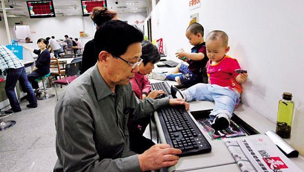 帶孫也要炒股,爺爺、奶奶瘋炒股,乾脆把小孫兒帶到證券公司,猶如台股早年盛況的翻版。