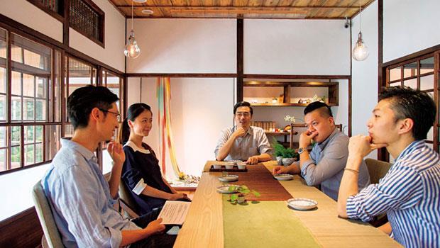 一個細雨微涼的午後,我們在日式老宅「樂埔町」擺了一場茶席。邀請飲食文化觀察家徐仲與這四位新銳主廚來喝茶聊天,聊他們對餐飲的理念,在這條實現夢想的路上,台灣給了他們什麼?而他們又想帶給台灣什麼?