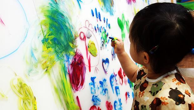為什麼朋友小孩原本開心畫畫,卻因大人說了「這句話」,讓我對亞洲傳統教育感到悲哀? - 商業周刊