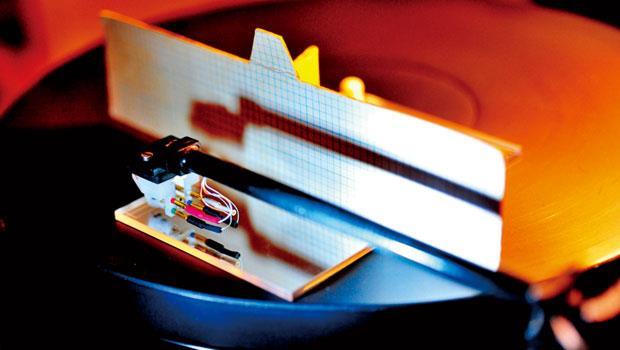 調整唱頭和唱臂時,李富桂有許多輔助道具。他自製紙板,上面畫滿方格,立於唱臂後方,觀察臂管下緣和盤面是否平行。
