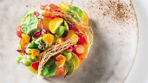 Richie這道如花團錦簇的番茄沙拉用了台灣聖女、日本桃太郎、荷蘭芝麻綠、義大利黃……等九種番茄做成。皆為台灣小農物產卻隱含世界概念。