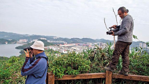 梁皆得比沈振中(左)年輕10歲,除了攝影還幫忙爬樹調查;兩人話不多,卻有23年默契,足跡踏遍台灣南北,還一起出國尋找老鷹。