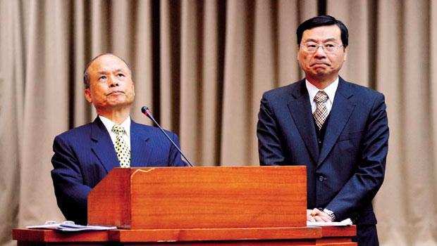 財政部長張盛和(左)、金管會主委曾銘宗昔日為默契絕佳的從屬關係,如今卻為了股市的稅制,多次針鋒相對。