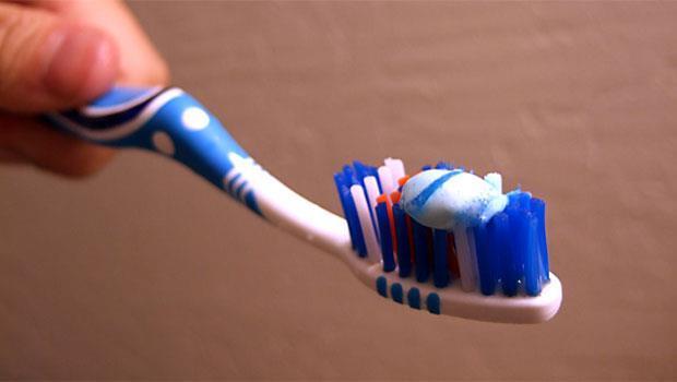 牙膏不只能刷牙!茶垢、霉斑、發黑的銀飾...7大污垢都能通通搞定
