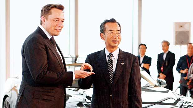 特斯拉創辦人馬斯克(左)去年9月出席在東京的Model-S發表會