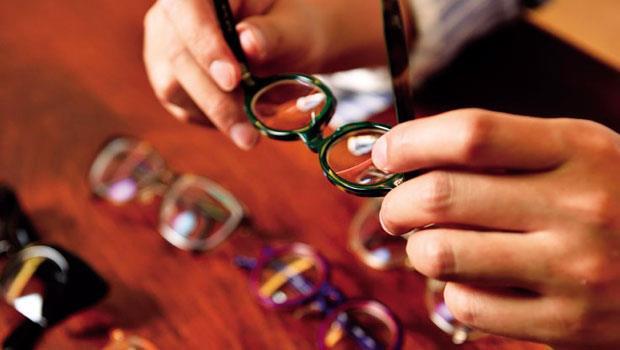 對眼鏡細節的講究,是楊坤銘藏鏡的不二準則。