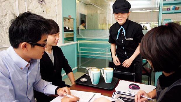 汰弱留強再出發!由於品牌策略錯誤、缺乏戰將型領袖,王品首個由餐廳跨入飲品通路的曼咖啡,走上關店命運。