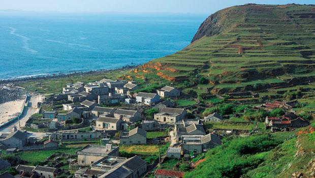 東嶼坪層層疊疊的梯田,菜宅與聚落點綴其間,形成南方四島最美麗的風景。