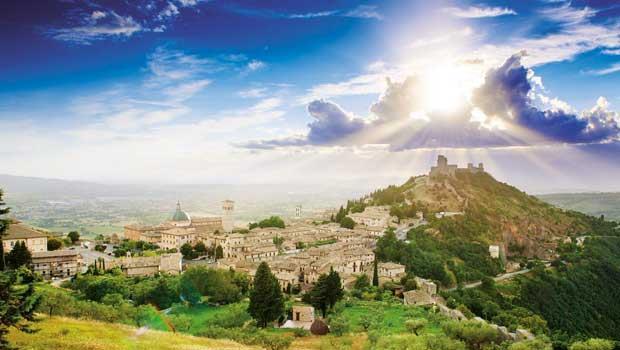 翁布里亞與托斯卡尼相鄰,圖為朝聖地阿西西的巨岩堡(Rocca-Maggiore)