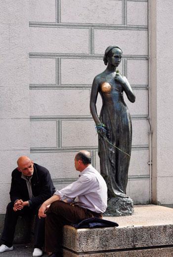 慕尼黑新市政廳前廣場少女的塑像