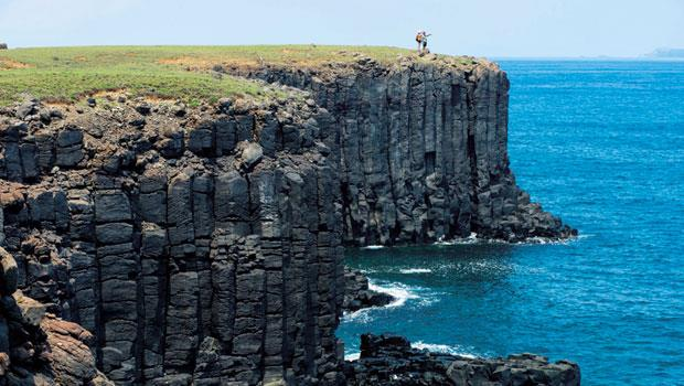 西吉嶼的海崖氣勢磅礡,柱狀玄武岩呈現大自然之美。
