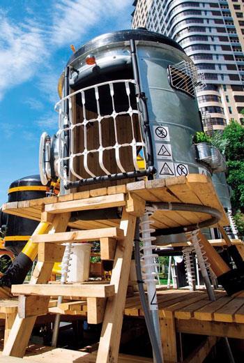 水塔做成的外太空基地,像是奇幻小說出現的場景