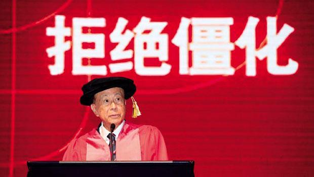 高齡86 歲的李嘉誠,每年必親自出席汕大的畢業典禮,並花上1個月的時間思索雕琢給畢業生致辭,足見其對教育的重視。