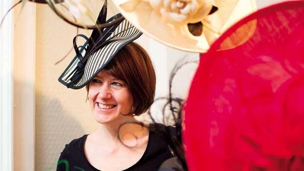 瑞秋.特雷弗摩根(Rachel-Trevor-Morgan)。她是皇家委任女王御用的帽子設計師。