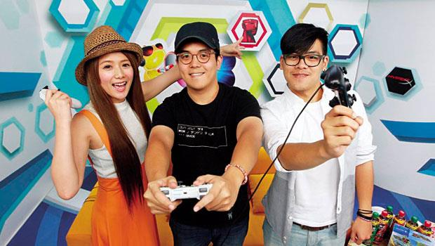 藝人解婕翎(左)與電競實況主持人「六嘆」(中)、「鳥屎」(右)是許多學生的新偶像,解婕翎更在近期網路女神票選中奪冠,擊敗許多在線下世界名氣更高的藝人。