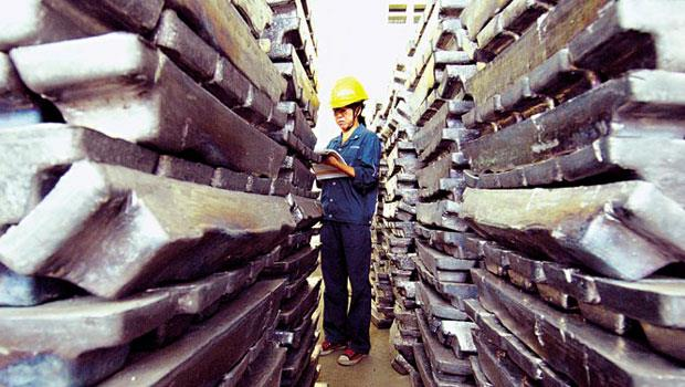 大宗物資價格下滑,各類金屬、農產品跌勢深不見底,拖累國際貿易商財務拉警報。