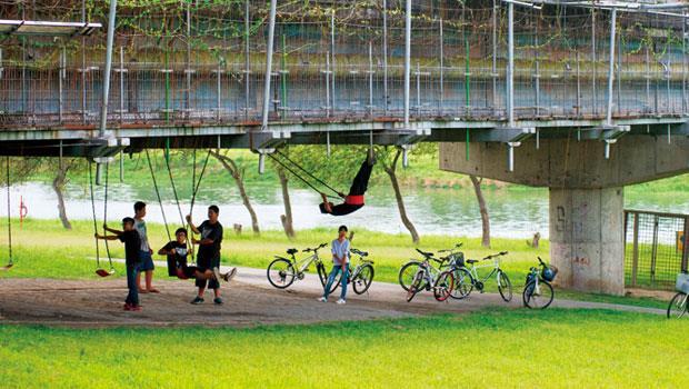 田中央在宜蘭市慶和橋畔加掛的「津梅棧道」解決了人行問題,搭配橋下設施與該宜蘭河段的綠化,整個改造為人性空間,是日本建築界多人稱許的作品。