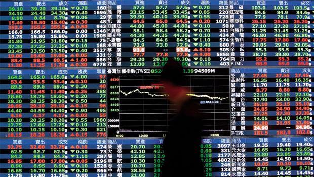 台股跌破十年線》股市大跌真的會打擊經濟嗎?