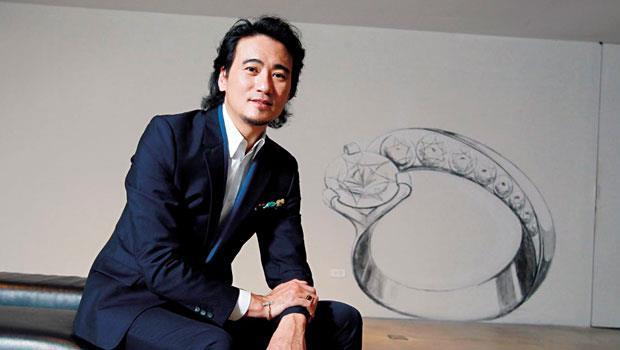林曉同30歲那年舉辦了第一場個展,獲得好評,隔年成立自有品牌,如今已是台灣本土營運規模最大的珠寶設計師品牌。後圖為今年拿到專利的最新作品「心坎鑲」設計草圖。