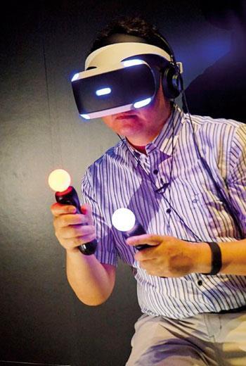 現行虛擬實境多透過手把控制器或光學感應操作,未來理想上可透過體感甚至腦波等方法執行。