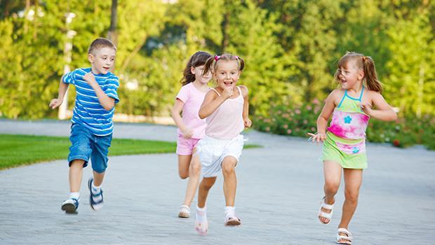 上課喜歡轉鉛筆、動個不停?美國心理學研究:「動來動去」讓小孩更專心