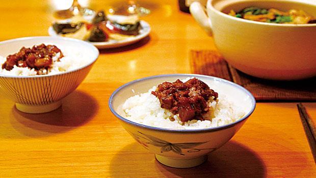 我常說,台灣古早美食「精緻全在骨子裡」。歷來可舉範例無數,其中有一道已極罕見的「豎臊」,繁複費工程度令人咋舌。根據美食作家黃婉玲的考證與實作,是將瘦肥肉相間的肉丁經數小時翻炒至水分全蒸發、油分逼出,繼