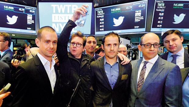 2013 年11 月初推特上市,當時的執行長科斯多羅(前排右)、另兩位創辦人與剛接任執行長的多西(前排左)出席掛牌儀式,時隔1 年半卻遇到撞牆期,股價創新低。