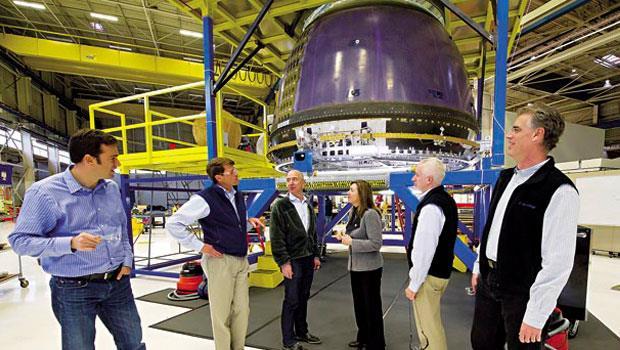 貝佐斯(左3)的太空梭設計可搭載3人