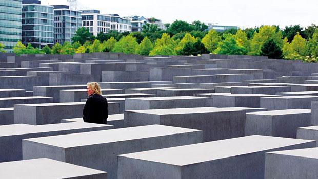 納粹史、大屠殺、冷戰⋯⋯,德國用面對、克服傷痛的態度回看沉痛的歷史。圖為位於柏林的歐洲被害猶太人紀念碑。