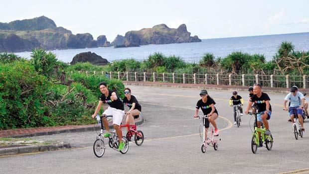 七月,跟著太平洋自行車舉辦的「小折趣」活動,來場綠島單車之旅。從綠島燈塔開始一路上山下海,時而奮力爬坡,時而貼著海岸而。