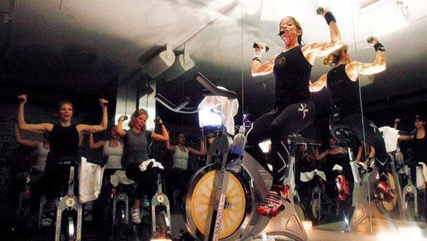 動感飛輪是精力圈招牌,會員形容45分鐘課程結合「舞會、魔鬼訓練和社交」。