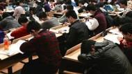 外籍生在台灣的觀察:學生舉手發問,老師只會重複說過的話...「毫無交流」是課堂常態