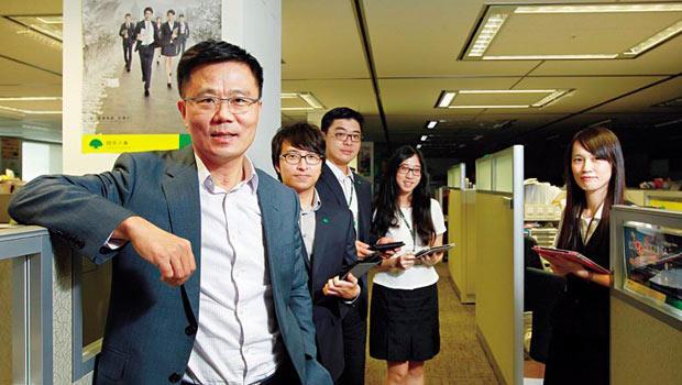 與蔡宗翰共同執行2 萬4 千位業務員改造計畫,近兩年,劉上旗(左)緊盯改革成效,跑遍國壽一半以上的通訊處。