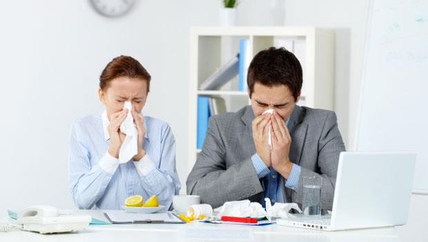 哈啾!打噴嚏時憋住口鼻,小心腦溢血、耳膜破》耳鼻喉科醫師教你正確的「打噴嚏」方式