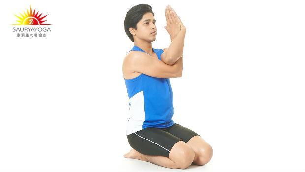 幫自己深層按摩!1分鐘「牛面式」減少氣血阻塞,把僵硬的肩頸舒展開來