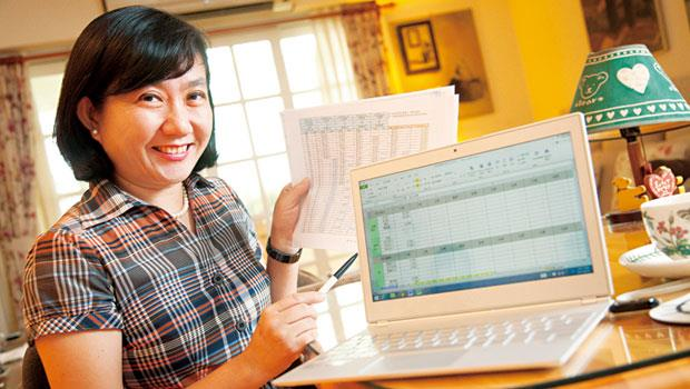 靠保險存退休金的曹淑玉說,買股風險大,退休要的是確定給付,她把複雜保單明細,交給Excel統管。