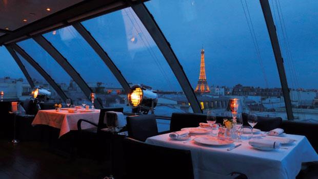 樓頂餐廳可見到360度的巴黎景觀,室內燈光的配置細心到讓反光不至於遮擋美麗的夜景。