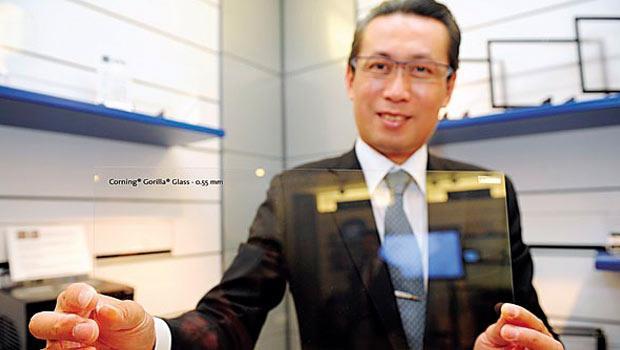 康寧台灣總經理曾崇凱展示的大猩猩玻璃,厚度僅0.5mm,極輕薄,卻能保護手機摔落時有80% 機率毫髮無傷。