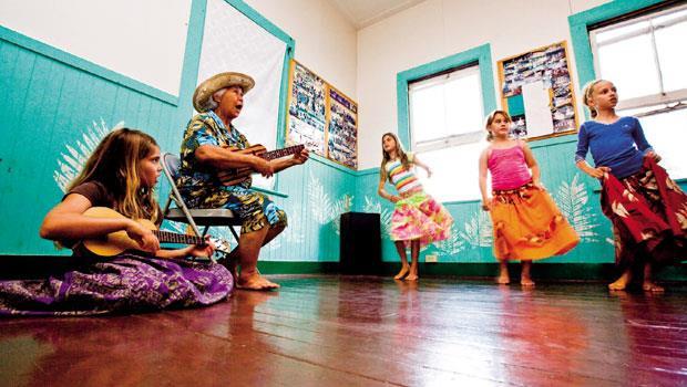 夏威夷當地的音樂舞蹈課程,女孩們正在學習烏克麗麗和呼拉舞。