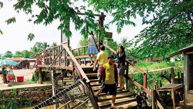 橋的這頭是泰國、那頭是緬甸,跨國只需15 秒。美索特區內像這樣連結兩國的木橋有好幾座,人流、物流互通零阻礙。